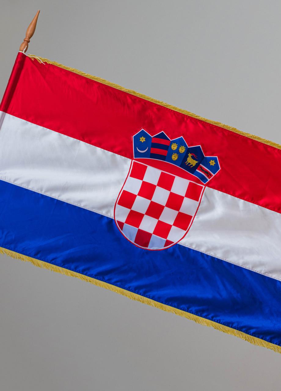 službena hrvatska zastava ukrašena svečanim resicama za unutarnju uporabu