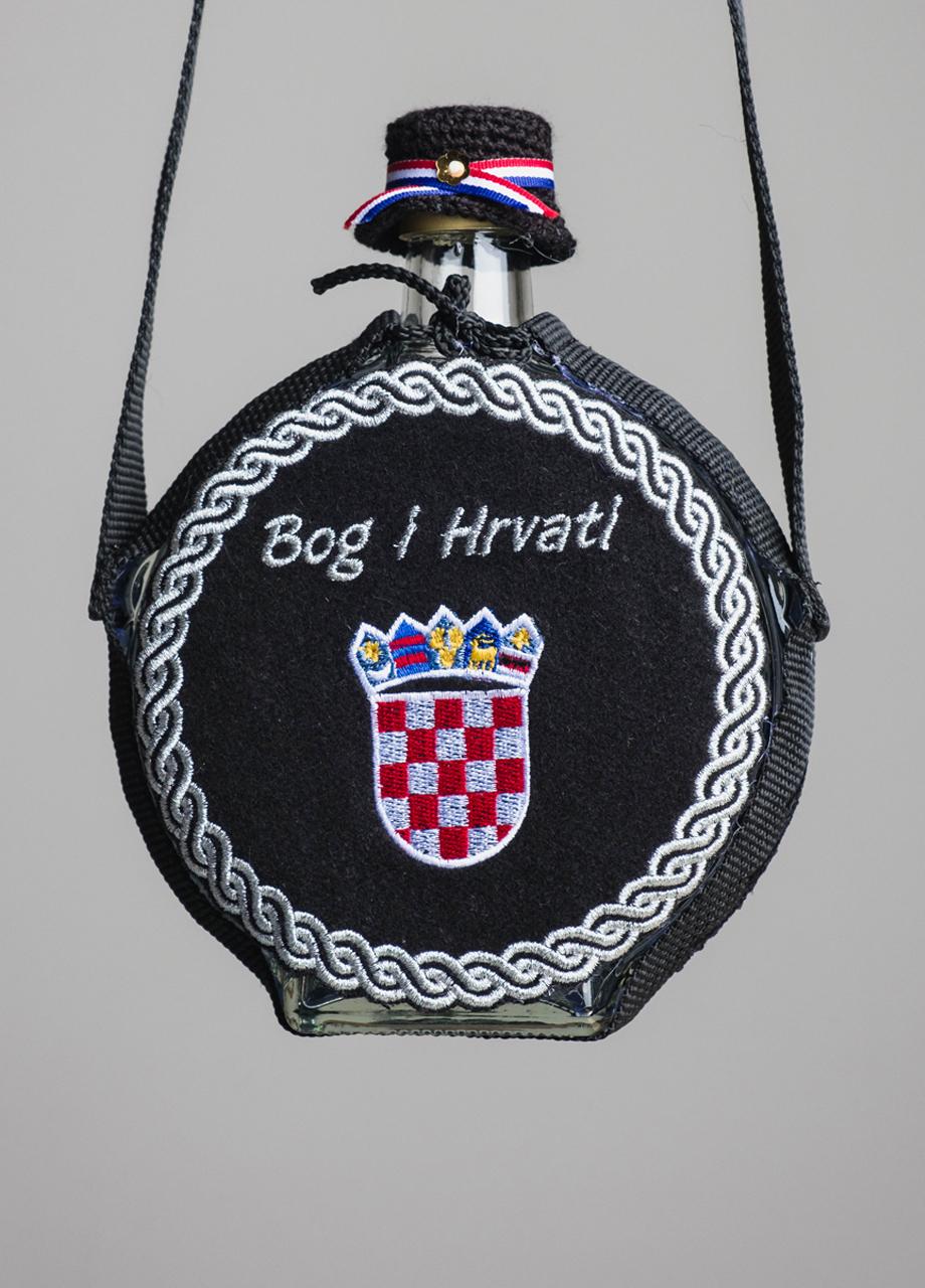 čutura s hrvatskim grbom i natpisom Bog i Hrvati